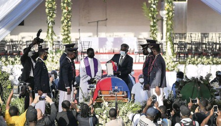 ?? MATIAS DELACROIX AP ?? The funeral for Haitian President Jovenel Moïse was held in Cap-Haïtien on Friday. Moïse was assassinated at his home in Port-au-Prince on July 7.