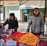 ?? ANJA KUUSISTO ?? NÖJDA. Tran Hong Thamn (t.v) och Lam Bich Thanh är nöjda Åbobor och tycker staden känns hemtrevlig.