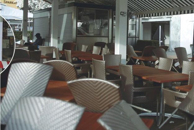 ??  ?? Sedie vuote Qui sopra, tavolini inutilizzati nel plateatico davanti a uno dei principali locali di piazza Walther. Nel tondo, nastro e cartelli alla farmacia Perini di via Milano