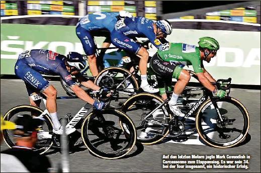 ??  ?? Auf den letzten Metern jagte Mark Cavendish in Carcassonne zum Etappensieg. Es war sein 34. bei der Tour insgesamt, ein historischer Erfolg.