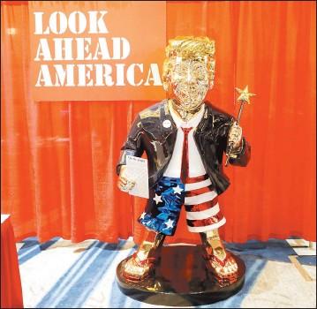 ??  ?? 特朗普雖已卸任美國總統,但影響力猶存,中國媒體認為新總統拜登的對華政策仍見其影子。而美國保守派周五在「保守政治行動會議」年度大會上,推出金光燦燦的特朗普雕像,可見他仍是共和黨內不可小覷的政治勢力。 -路透社