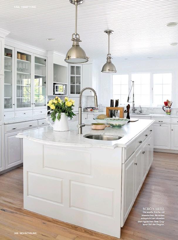 ??  ?? SCHÖN HELL Die weiße Küche mit klassischen Akzenten entspricht am ehesten dem typischen New England-Stil der Region.