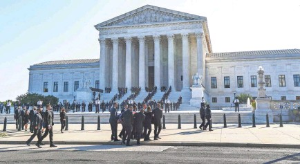 ?? JACK GRUBER/USA TODAY ?? The body of Associate Justice Ruth Bader Ginsburg arrives at the U.S. Supreme Court to lie in repose at the top of the court's front steps Wednesday. The public can continue to pay their respects Thursday.