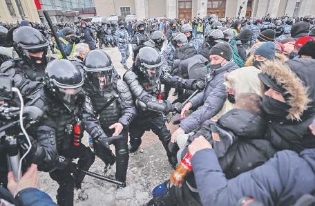 ??  ?? Los manifestantes chocaron con la Policía en las protestas contra el gobierno, en la ciudad de Moscú.