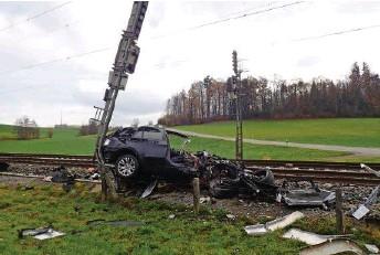 ?? KAPO TG ?? In Sulgen kollidierte ein Zug mit einem Auto. Verletzt wurde niemand. Video: Auf 20min.ch sehen Sie Beispiele von früheren ähnlichen Fällen.