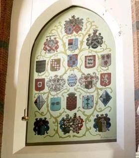 ?? FOTO JOREN DE WEERDT ?? De wapenschilden van de Spaanse gouverneurs in de SintJacobskapel.