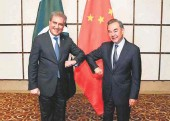 ?? @SMQURESHIPTI/TWITTER ■ ?? Firm friends: Pakistan's Foreign Minister Shah Mahmood Qureshi, left, and his Chinese counterpart Wang Yi at the talks held in China's Hainan province.