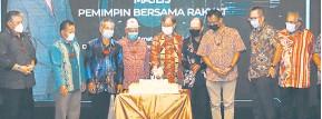 ??  ?? SIMBOLIK: Abang Johari memotong kek sambil disaksikan tetamu yang lain pada Majlis Pemimpin Bersama Rakyat di Mulu malam kelmarin.
