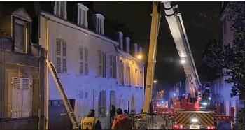 ??  ?? Rue de la Duché, à Cherbourg-en-cotentin, les pompiers sont intervenus lundi 21 décembre pour un mur présentant des fissures et déformations.