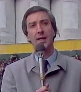 ??  ?? Muevo yo, Mauro Viale tuvo sus inicios en el periodismo deportivo y durante años fue la voz de los relatos de partidos por TV. Cuando se pasó al periodismo de actualidad, abandonó ese rubro para siempre.
