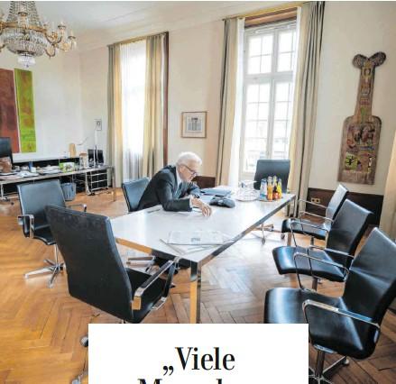 """?? FOTOS: JANA HOEFFNER/ STAATSMINISTERIUM ?? Gespräch auf Distanz: In Zeiten der Kontaktvermeidung führt Ministerpräsident Winfried Kretschmann ein Interview mit der """"Schwäbischen Zeitung""""ausnahmsweise am Telefon in seinem Büro in der Villa Reitzenstein in Stuttgart."""