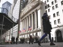 ?? (Brendan McDermid/Reuters) ?? PEOPLE WALK outside the New York Stock Exchange on Wall Street.