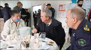 ??  ?? SANTIAGO VÁZQUEZ. El ministro compartió charlas y café con reclusos y visitó distintos módulos.