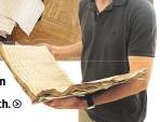 ??  ?? In mehreren Zimmern liegen die Meisterwerke nun zum Trocknen. Domkapellmeister Landerer mit einem Notenbuch.