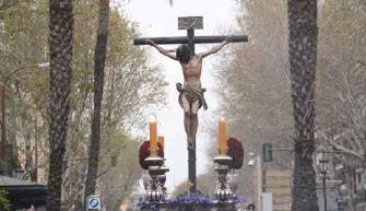 ??  ?? El calvario enmarcado por la palmeras que señalan el lugar de la Puerta de Triana. La ciudad ha cambiado. La geografia de la Semana Santa no.