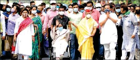 ?? PIC/MPOST ?? Mamata Banerjee, Jaya Bachchan, TMC candidates Nayna Bandyopadhyay, Sadhan Pande, Paresh Paul, Vivek Gupta amongst others at a roadshow, in Kolkata, on Thursday