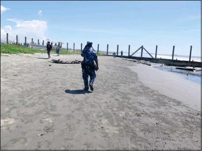 ?? Photo: Ei Ei Toe Lwin ?? A border policeman patrols the beach in Maungdaw, Rakhine State, in October last year.