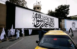 ?? BERNAT ARMANGUE AP ?? The iconic Taliban flag is painted on a wall outside the American embassy compound in Kabul, Afghanistan, on Saturday.