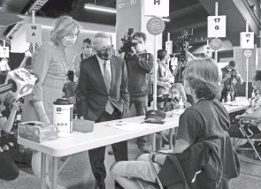 ?? DISPATCH BARBARA J. PERENIC/COLUMBUS ?? Gov. Mike Dewine and first lady Fran Dewine visit the Columbus vaccination clinic. Dewine's plan to vaccinate college students before they leave campus was hampered by a pause in Johnson & Johnson vaccines.