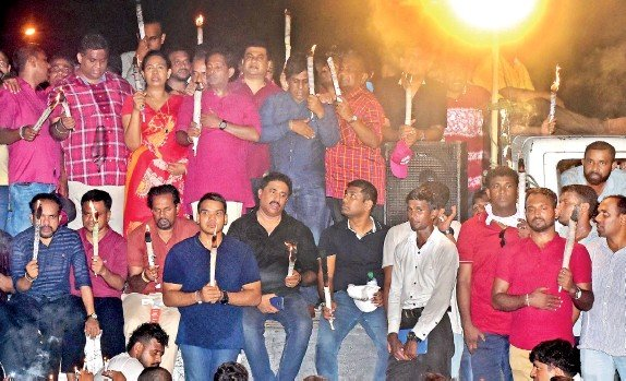 ??  ?? ef organiser Namal Rajapaksa and others holding a candle light vigil in the Lake House area. Pic by Eshan Fernando