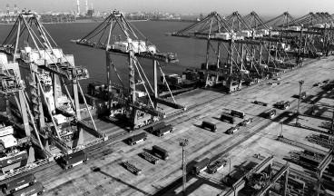 ??  ?? 前5个月,我国贸易货物进出口总值同比增长28.2%,而跨境电商作为稳定外贸的重要力量,增速更加明显 新华社图