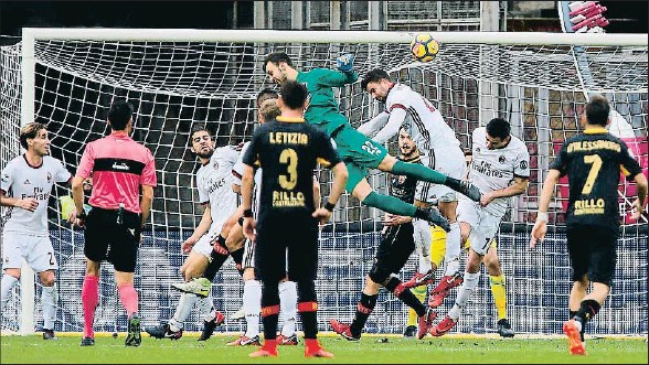?? MARIO TADDEO / EFE ?? El portero del Benevento Alberto Brignoli remató de manera acrobática y rodeado de rivales para dar el empate a su equipo ante el Milan