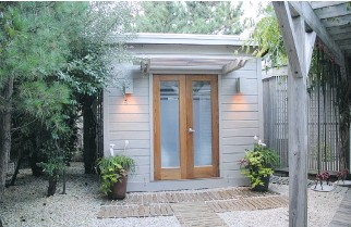?? OF SUMMERWOOD PRODUCTS PHOTOS COURTESY ?? Urban homeowners with limited backyard space can still find room for an attractive, contempora­ry-looking sheshed that can be used as home office, writing space, craft studio or simple getaway spot.