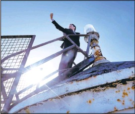 ?? KARL MONDON/STAFF ?? Jeff Gales, executive director of the United States Lighthouse Society, snaps a selfie while atop the 161-year-old Alcatraz lighthouse on Monday.
