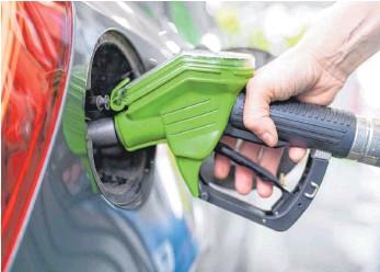 ?? FOTO: SVEN HOPPE/DPA ?? Die wieder höhere Mehrwertsteuer und die neue CO2-Bepreisung machen Treibstoffe ab dem 1. Januar rein rechnerisch um zehn bis elf Cent pro Liter teurer.