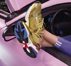 newest 0c6a4 e693e Kylie Jenner indossa la nuova sneaker Falcon e la tuta adidasCOEEZE di  adidas Originals.
