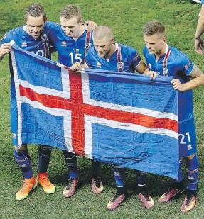 ??  ?? I giocatori islandesi esultano dopo la vittoria contro l'Inghilterra [Ansa]