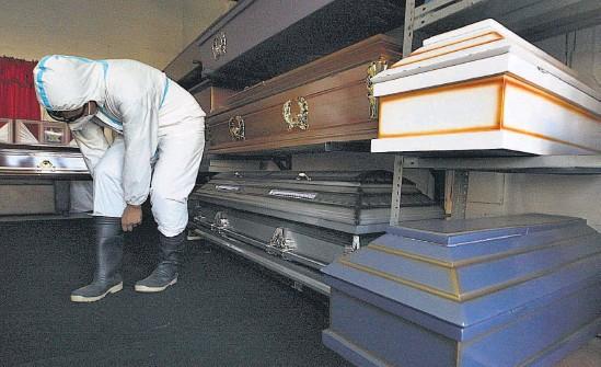 ??  ?? En las funerarias, el personal usa trajes de bioseguridad para protegerse del covid-19. Médicos dicen que las cifras de muertes por covid-19 pueden estar manipuladas.
