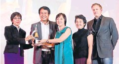 ??  ?? Sathaporn Limcharoen (left), deputy advertising manager of Channel 3, who represents the Media Agency Association of Thailand, presents the Agency of the Year trophy to Malee Kittipongpisal, general manager of Mindshare Thailand, at the MAAT Awards...