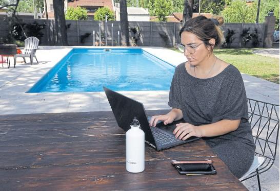 ?? Ricardo Pristupluk ?? Mientras trabaja, Micaela Dongarrá disfruta de un entorno natural en Casa Campus Araucarias, en Pilar