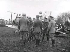 ??  ?? ■ Above left and right: On 13 March 1918, flying in from JG1'S base at Awoingt, Richthofen visited nearby Jasta 5 at Boistrancourt to attend the memorial service for Leutnant Wilhelm Gürke who had been killed three days earlier. He flew there in what might have been a JG1 'hack', an Albatros D.V which might have been taken over from Jasta 4 and still retained overpainted evidence of the Staffel's spiral insignia.