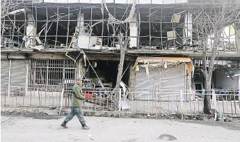 ?? Některé stavby v bezprostřední blízkosti se zřítily. Útoky v Afghánistánu jsou mířeny hlavně na cizince, oběťmi jsou ale často hlavně místní. Podle Kábulu živí atentáty v zemi sousední Pákistán. FOTO REUTERS ?? Výbuch vysklil okna,