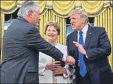?? NICHOLAS KAMM / AFP ?? a las que ha designado para cargos de responsabilidad. Viendo los gestos de Trump se diría que los envía al frente, pero en realidad debía alentarles en sus nuevas funciones.