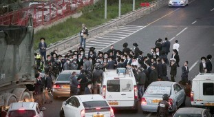 ?? (Noam Revkin Fenton/Flash90) ?? BNEI BRAK residents block traffic during a protest against drafting to the army last year.
