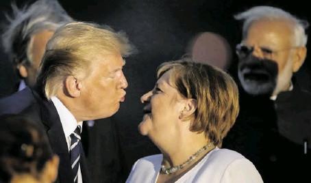 """?? BILD: SN/AP ?? """"Knutsch-Gipfel"""": so der sofortige Slogan für die Begegnung zwischen Donald Trump und Angela Merkel."""