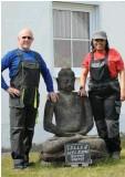??  ?? Ulrich Zeller mit seiner Lebensgefährtin vor seinem Haus in Göllingen: Hier will er den Ruhestand genießen.