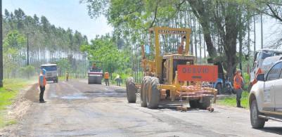 ??  ?? Hombres y máquinas del Consorcio Ybytyruzú en plena obra en el trayecto de 19,4 kilómetros que conecta las compañías Itacurubí y Cerro Punta de Mauricio José Troche.