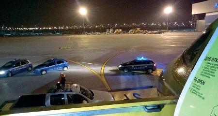 ??  ?? Villafranca Le pattuglie della polizia di frontiera sulla pista di decollo dell'aeroporto Catullo , sabato sera durante l'intervento per sedare la rissa sul volo