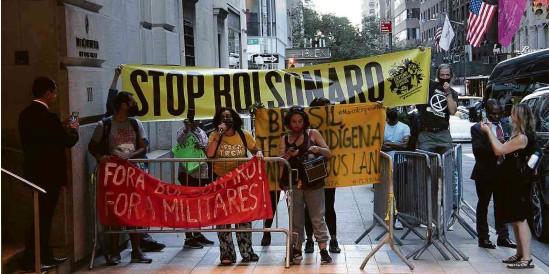?? Niyi Fote/TheNews2/Agência O Globo ?? Grupo protesta contra Bolsonaro em hotel de NY; presidente entrou por porta alternativa para evitar manifestantes e jornalistas
