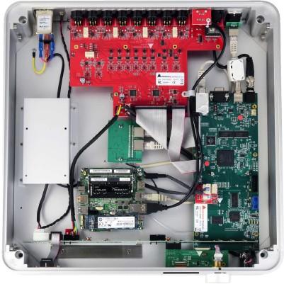 ??  ?? Dreigeteilt: In der Mitte des Nadac sitzt das Motherboard mit Prozessor und Linux- Betriebssystem. Von dort aus geht es nach rechts in eine Platine mit dem Nadac- eigenen Wandler. Rot und im Hintergrund: die aufwendig aufgebaute Ausgangsstufe für das...
