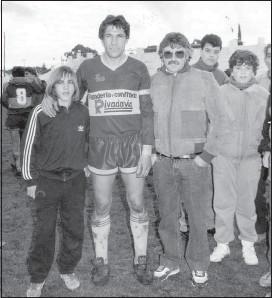 ??  ?? Con su padre Roberto, en una fotografía con un referente: Néstor Di Luca