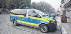 ?? FOTO: EICH ?? Die Beamten rücken unter anderem mit zwei Fahrzeugen der Hundeführerstaffel zum betroffenen Anwesen aus.