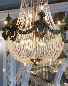 ??  ?? Le somptueux lustre en cristal du lobby du Grand Hôtel de CabourgThe magnificent crystal chandelier in the lobby of the Grand Hôtel de Cabourg