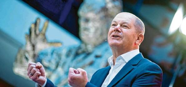 ?? Foto: Kay Nietfeld, dpa ?? Kanzlerkandidat Olaf Scholz geht selbstbewusst in den Wahlkampf. Doch die Sozialdemokraten sind nach wie vor gefangen in einem schier ewigen Umfragetief. Die Hoffnung der SPD ist, dass er mit seiner ruhigen, han‰ seatischen Art doch noch eine Aufholjagd hinlegen kann.