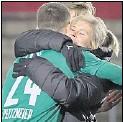 ?? Foto: Kemme ?? Zu Null: Imke Wübbenhorst freute sich mit Torhüter Jhonny Peitzmeier.