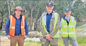 ??  ?? ■ MIL chair Phillip Snow­den with MDBA chair Sir An­gus Hous­ton and CEO Phillip Glyde at the Mas­cotte Es­cape near Wakool.